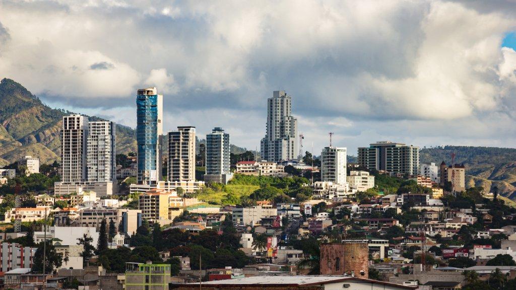 Edificios modernos skyline sobre cerro en la ciudad de tegucigalpa